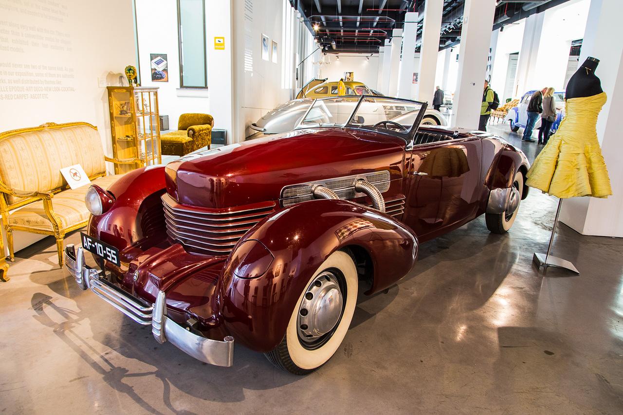 Bukólámpa 1937-ben? Lehetséges! Nem sci-fi, az amerikai luxusautó gyártó Cord ebben az eszetlenül gyönyörű kabrióban már akkor megcsinálta. Ráadásul mindezt félautomata váltóval, az USA-ban elsőként elsőkerék-hajtással, a típus óriási szenzáció volt a new york-i autóshown az 1935-ös bemutató során.