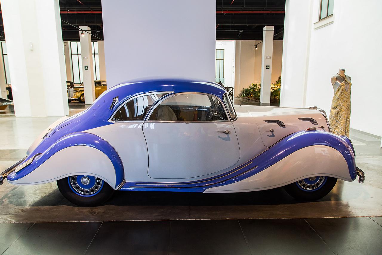 Tombol az Art Deco. 1938-ban gyártották ezt a Panhard Et Levassor-t, amelynek 2900 ccm-es, hathengeres motorjából 100 lóerőt nyertek ki. Hat évvel azelőtt a Nash V8-asa, közel dupla ekkora hengerűrtartalomból hozta ki ugyanezt. Különlegessége a középre helyezett kormánykerék, így a sofőr csajozási hatékonysága duplájára nőtt a két anyósülés segítségével.