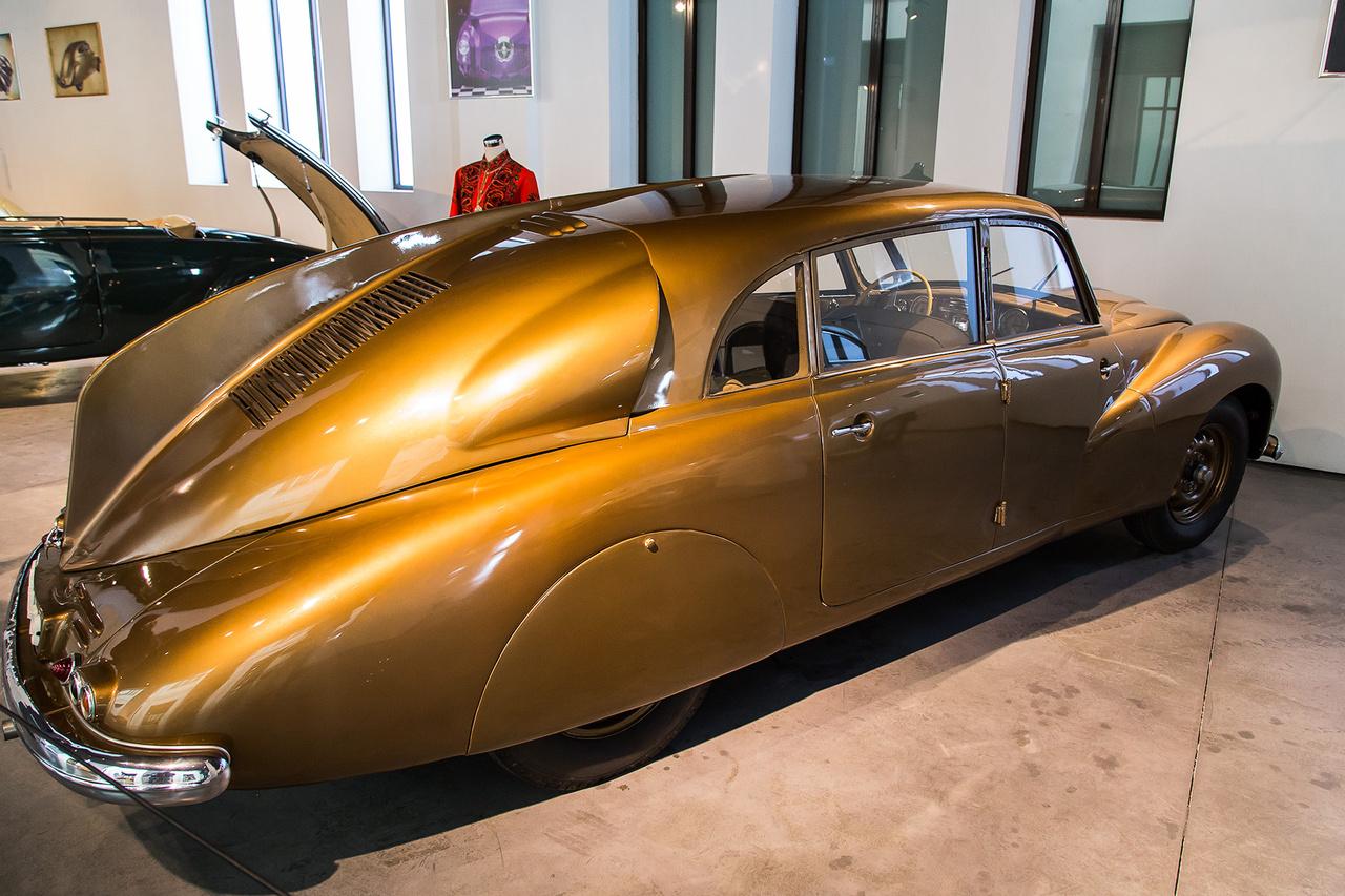 Cseh remek. A hátulról gyönyörű, elölről bizarr módon háromszemű Tatra T87 1947-ben maga volt a csoda, erről az alacsony fogyasztású, magyar formatervezésű extravagáns típusról egyébként néhány hónappal ezelőtt már Papp Tibi megemlékezett itt az oldalon.