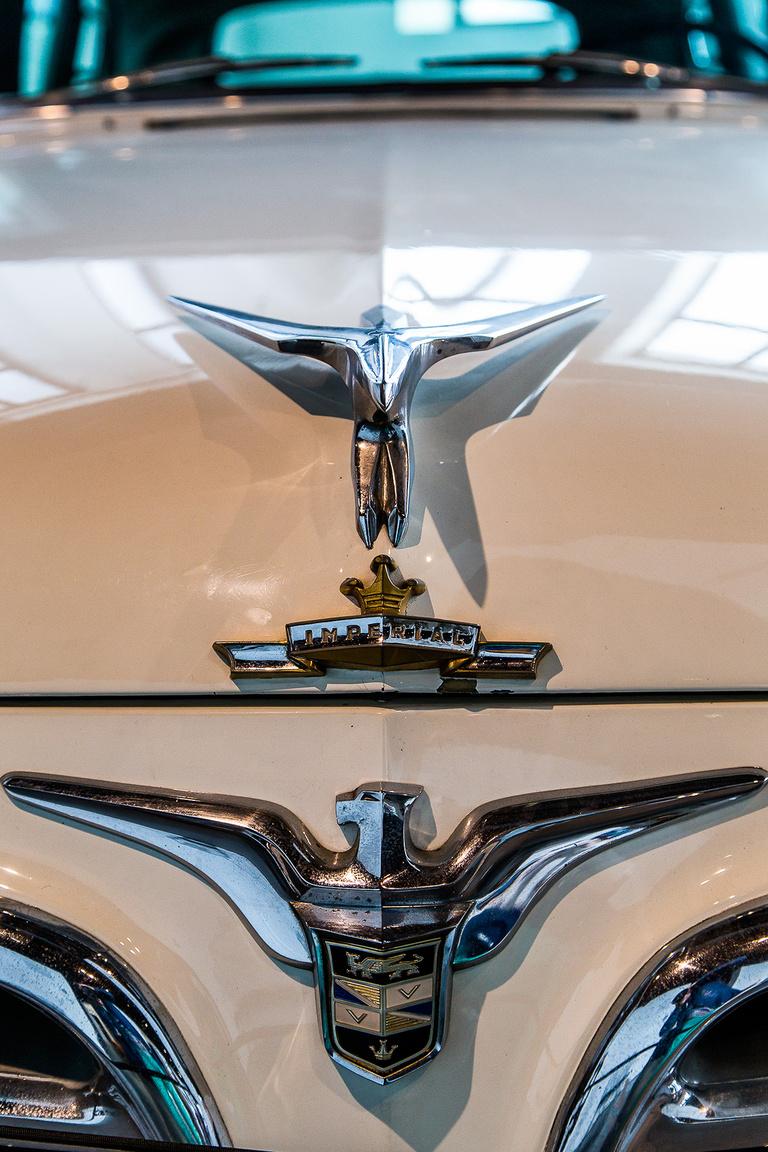 Mint egy középszerű focicsapat mezén, annyi az embléma ezen a Cadillac Imperialon, mégis valahogy jól áll neki.