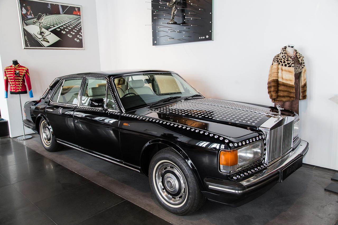 Michael Jackson Swarowskival díszített Rolls-Royce-a. A háttérben egy fotó, illetve egy fellépőruha a halhatatlan zsenitől. Ennél kevés hivalkodóbb dologgal lehet helyet változtatni, ami Jackonak a személyiségéhez alapvetően passzolt. Egyébként ő maga is elég gyorsan és sokat vezetett, mert unta, hogy mindenhová kísérettel kell mászkálnia.