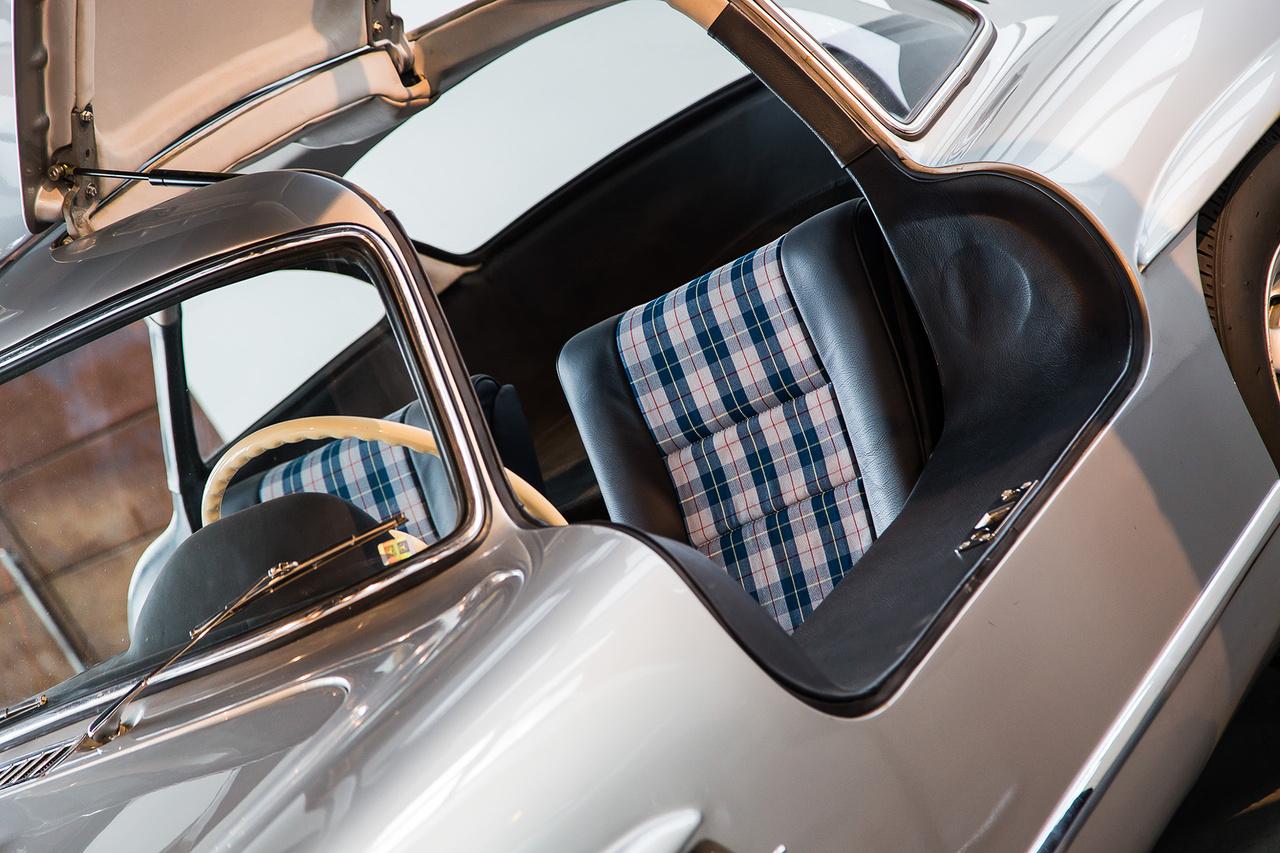 A sirályszárnyas Mercedes SL300 1956-ban abszolút csúcskategóriás luxust képviselt. Korának leggyorsabb szériagyártású autója, a világ első szériában beépített befecskendezéses motorjával, jelenleg is egy vagyont ér, most meg?! Ezekkel a helyes, kockás üléshuzatokkal maximum egy Golf GTI-t lehet eladni.