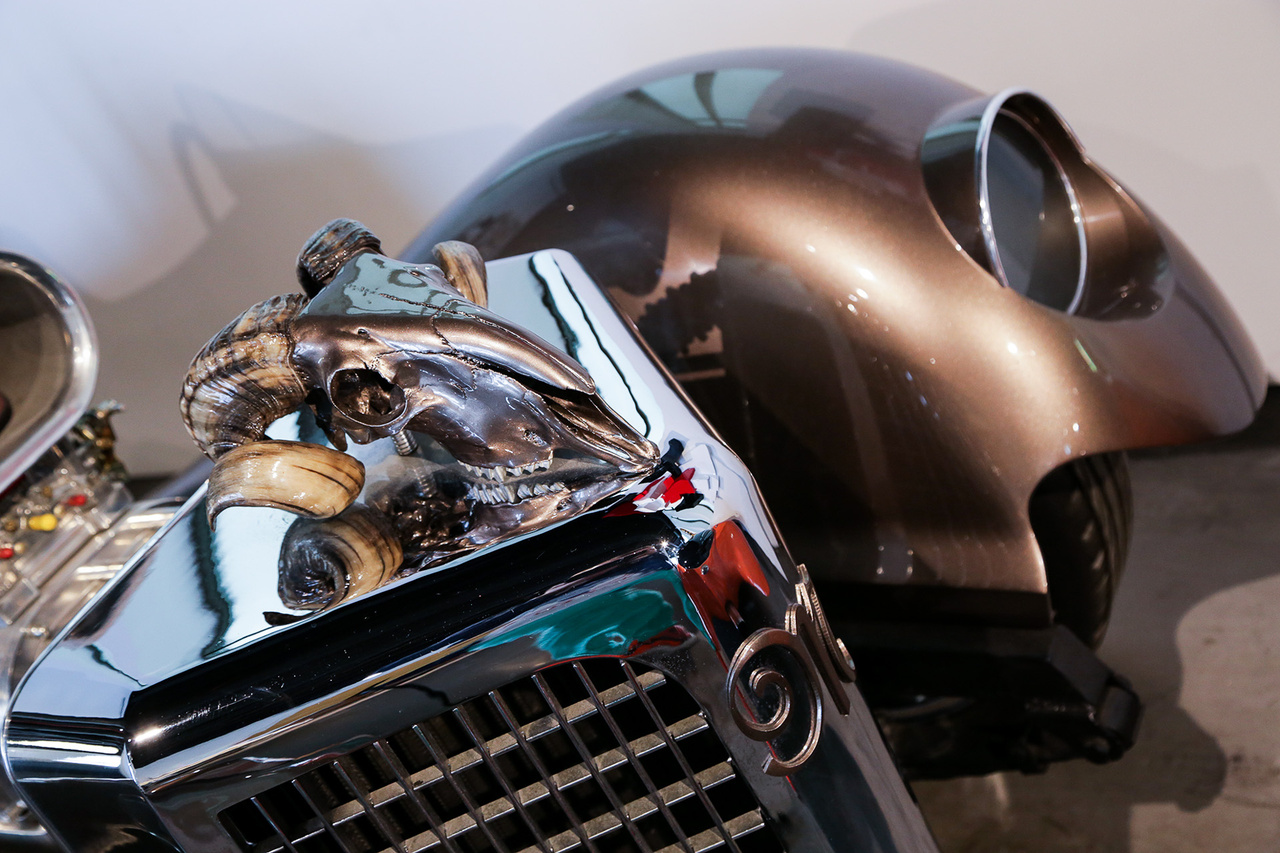 Újabb gyöngyszem a tuningrészlegről: La Bomba, az 530 lovas V8-as szörnyeteg orra is fenyegetően tolja a levegőt. Egyébként a múzeumban még arra is lehetőségünk van, hogy akár Grace Kelly limuzinját kibérelve ruccanjunk át Marbellára.