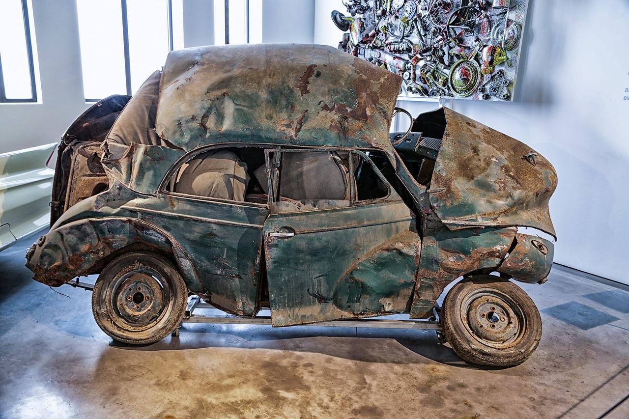 Absztrakt roncsautó a művészet oltárán feláldozva. Rengeteg installációt találunk nem csupán a divattal kapcsolatban, hanem vintage benzinkút oszloptól kezdve cirádás felniken át gyakorlatilag bármivel találkozhatunk a látogatás során.