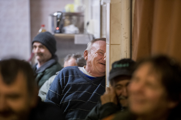 Derűs közönség a hajléktalanszállón