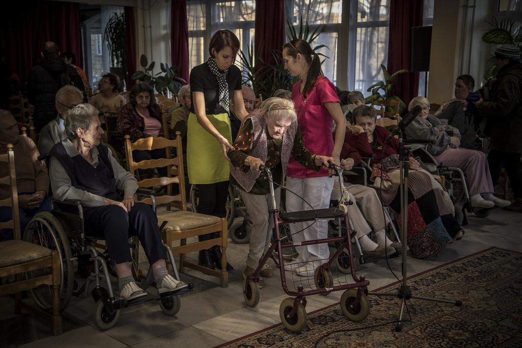 Érkeznek az idős és fogyatékkal élő nézők az előadásra