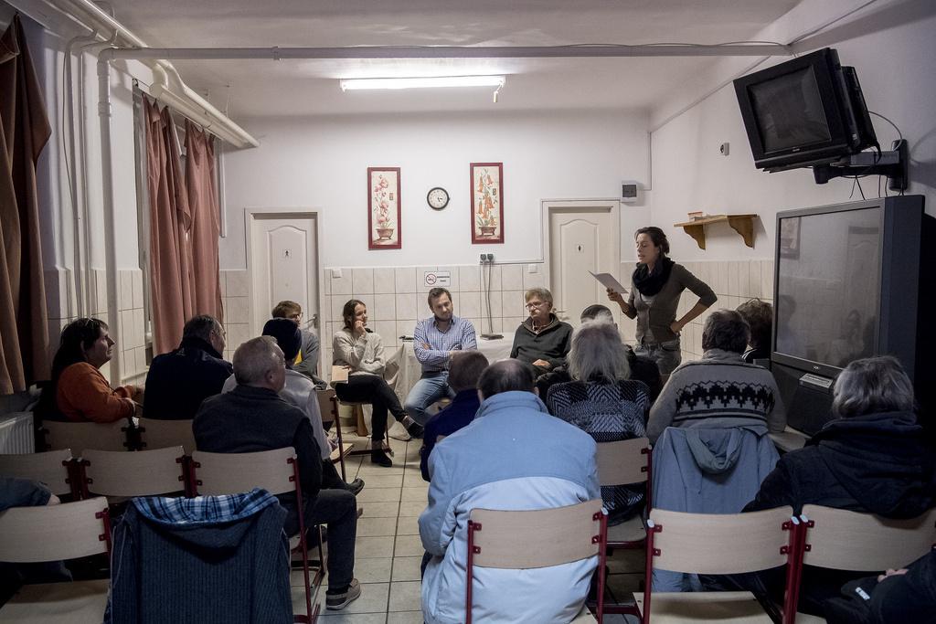 Pálos Hanna a Katona József Színház színésze ad elő a hajléktalanszállón