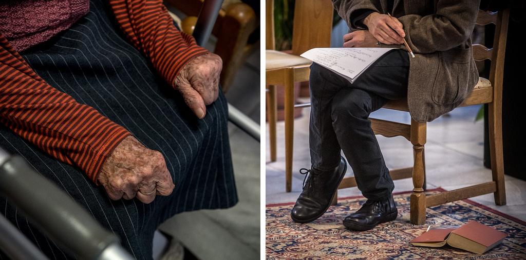 Előadás közben az idősek otthonában