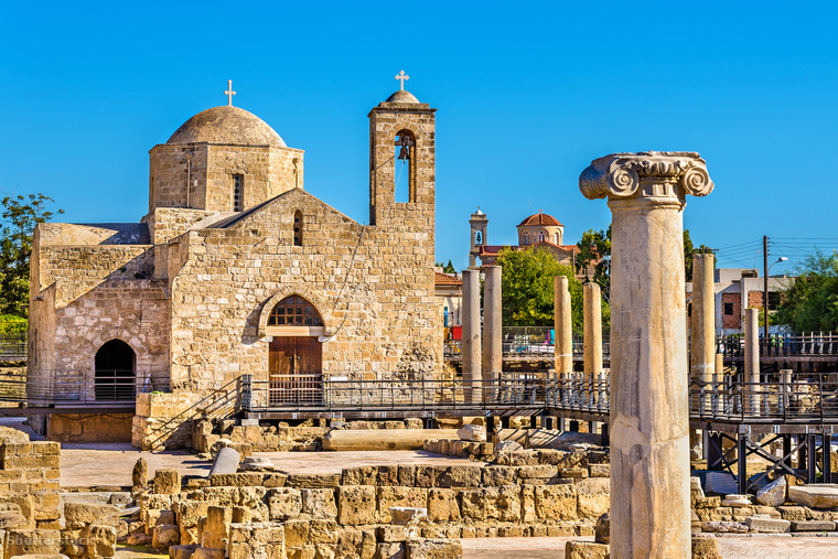 A Ryanair is repül egyébként Ciprusra, a római mozaikjairól híres Páfoszba, de az ő járatuk csak márciustól indul.