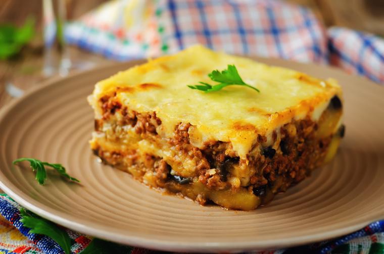 Amit még feltétlen csinálj a szigeten: kóstold meg a finom, görög konyha ihlette ciprusi ételeket! A képen a darált bárányhúst, padlizsánt és béchamel-mártás tartalmazó muszaka látható