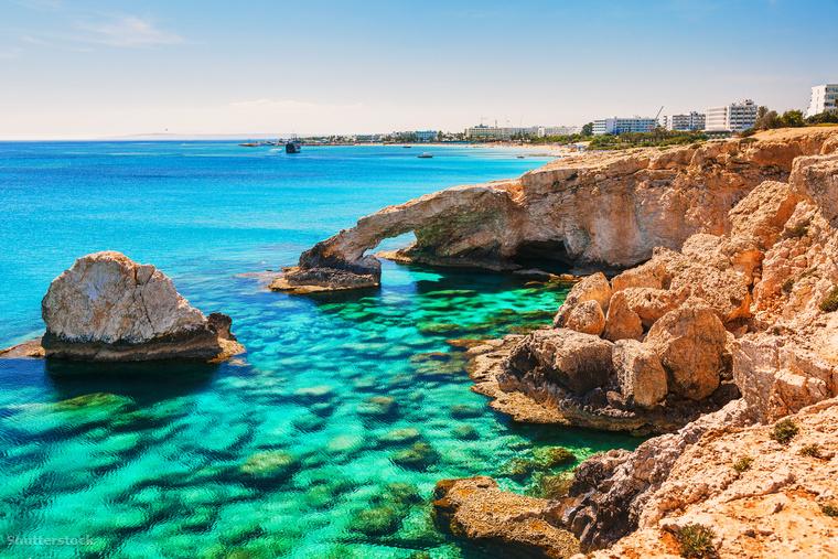Larnakából érdemes átruccanni a türkiz vizéről híres Ayia Napába is