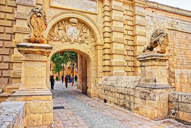 De felfedezd fel a sziget közepén elhelyezkedő erődvárost, a misztikus hangulatú Mdinát is! A téli időjárás Máltán is kellemesen meleg és városnézéshez tökéletes, a vastag télikabátot nyugodtan otthon hagyhatod.