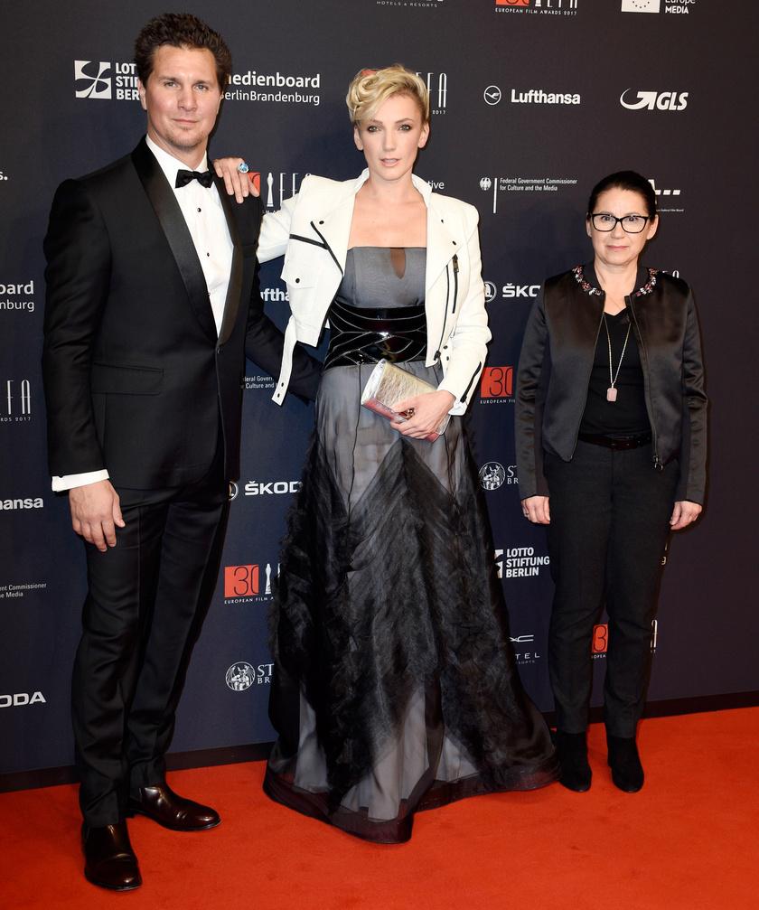 Borbély Alexandra Enyedi Ildikóval és Nagy Ervinnel, miután átvette az Európai Filmdíjat.