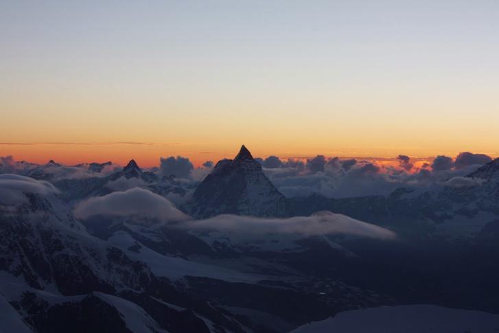 A menedékház ablakából jól látható az Alpok jellegzetes csúcsa, a Matterhorn