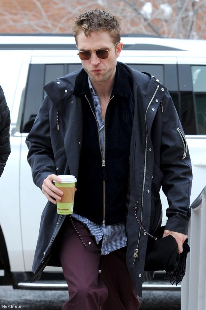 Robert Pattinson sétálása azért nem mindennapi az ügynökség szerint, merthosszú sál van a nyakában.