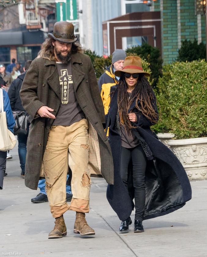 Jason Mamoa és felesége, Lisa Bonet viszont nem felejtettek el átöltözni egy kosztümös film forgatásáról távozva, ők így nyomulnak a hétköznapokban.