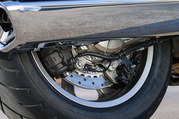 Belső hűtésű hátsó féktárcsa, a két féknyeregre pedig a DCT a válasz: a kisebbik a rögzítőféké, ugyanis nem lehet sebességben hagyni