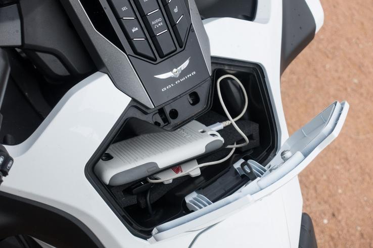 A kesztyűtartóban ott az USB kivezetés, a fedele viszont elég bénán csulódik
