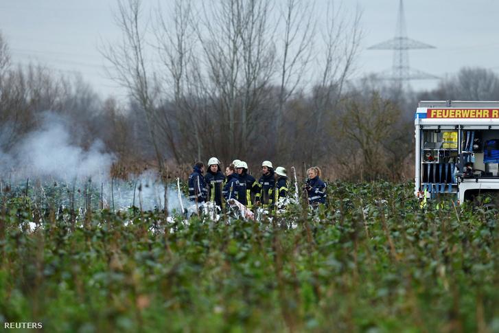 Tűzoltók a baleset helyszínén