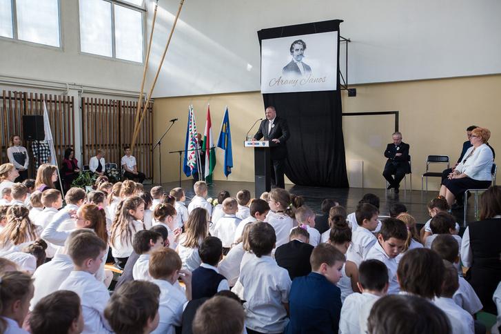 Németh Szilárd a csepeli Arany János Általános Iskola avatóünnepségén beszél gyerekek előtt 2017. október 12-én.