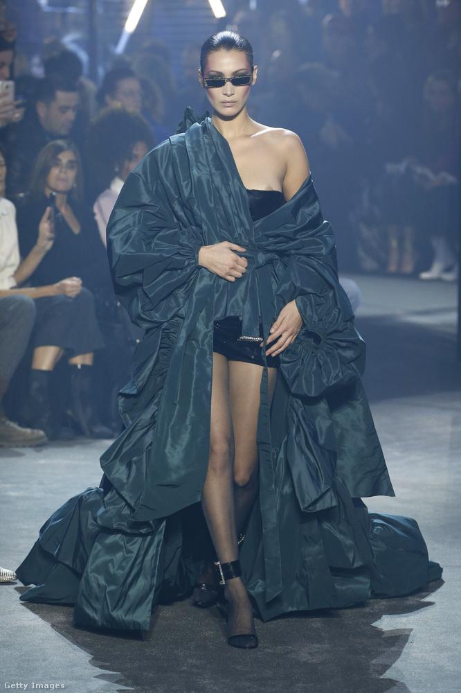 Itt érkezik Bella Hadid egy luxuskreációban, azonban mintha egy kicsit lecsúszott volna róla a ruha a mellénél.