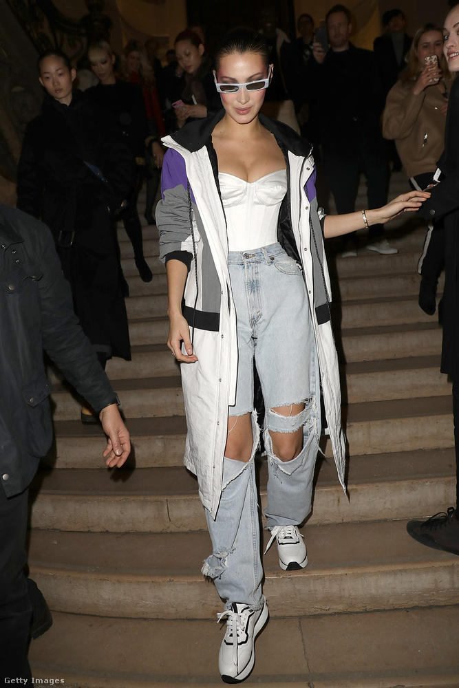 Másrészt ilyen öltözékben ment haza este Bella Hadid a divatbemutatóról.