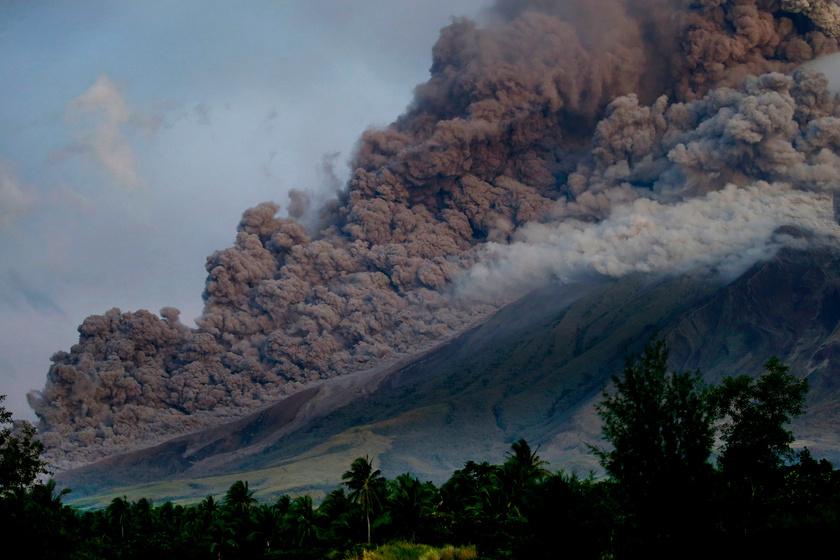 Sűrű, fekete vulkáni hamut lövell a Mayon a Fülöp-szigeteki fővárostól, Manilától délkeletre fekvő Legazpiból nézve, 2018. január 24-én.