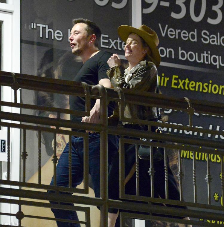 Öt hónappal később járunk, a helyszín Los Angeles, a képeken pedig Elon Musk és Amber Heard KÉZENFOGA