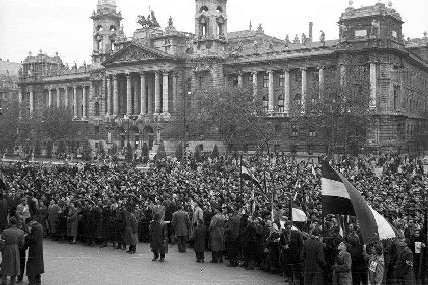 Tömegtüntetés a Kossuth téren 1956-ban.