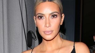 Kim Kardashian neglizsét húzott, de minek