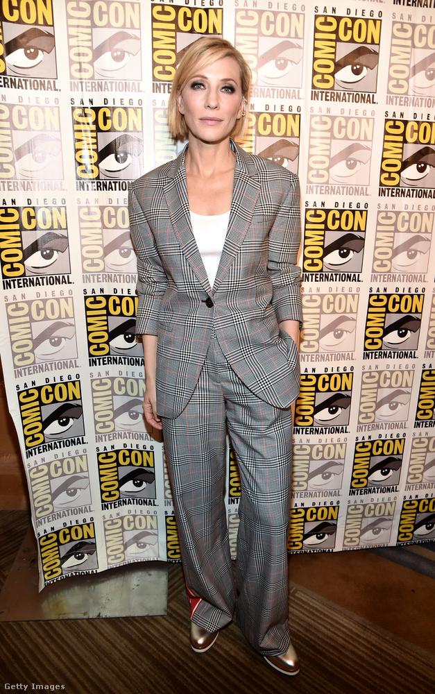Cate Blanchett színésznő a San Diego-i Comic-Conon jelent meg szürke nadrágkosztümben 2017 júliusában.