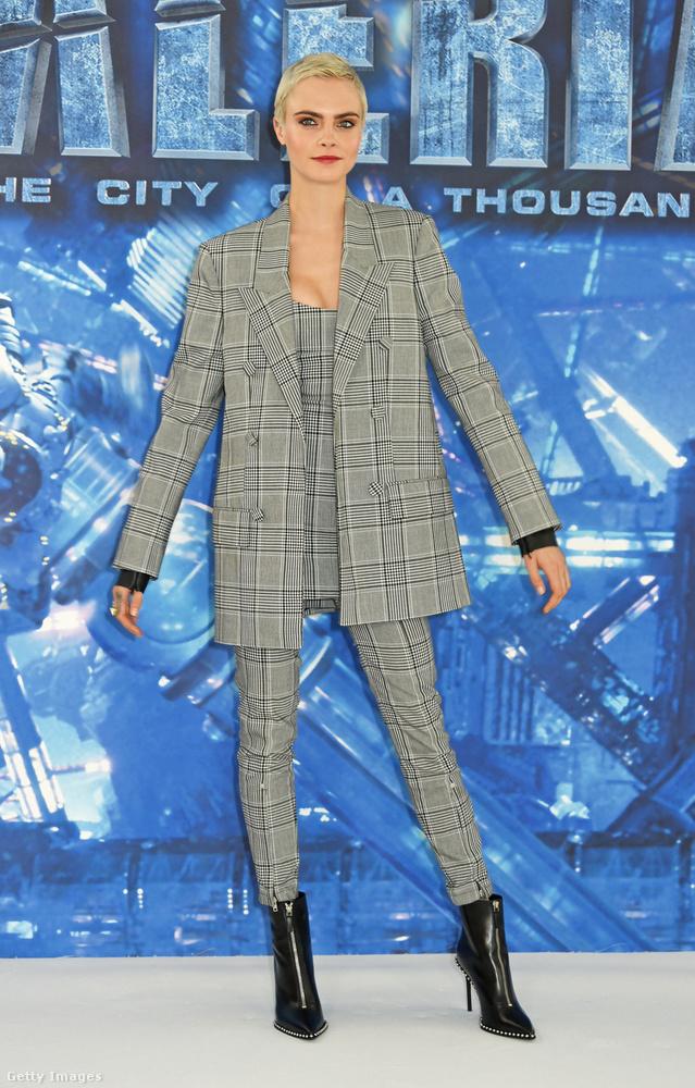 A színészkedés felé kacsintgató modell, Cara Delevingne a Valerian és az ezer bolygó városa című Luc Besson film londoni premierjén pózolt a divatos nadrágkosztümben.