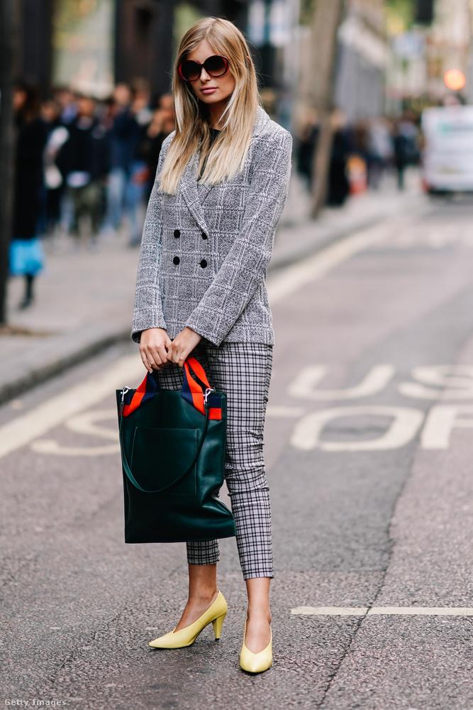 Xenia Van Der Woodsen sárga cipővel és méregzöld táskával kombinálta a szürke blézert és a bokaverdeső kockás nadrágot Londonban.