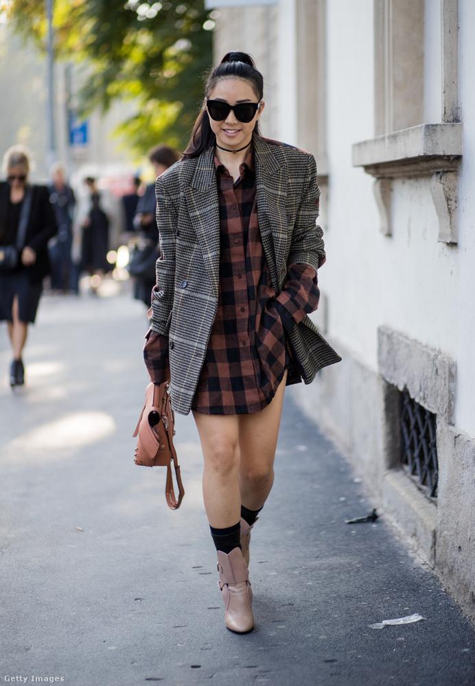 Zoknicsizma és kockás ing fölött viselt kockás zakó Milánóban.