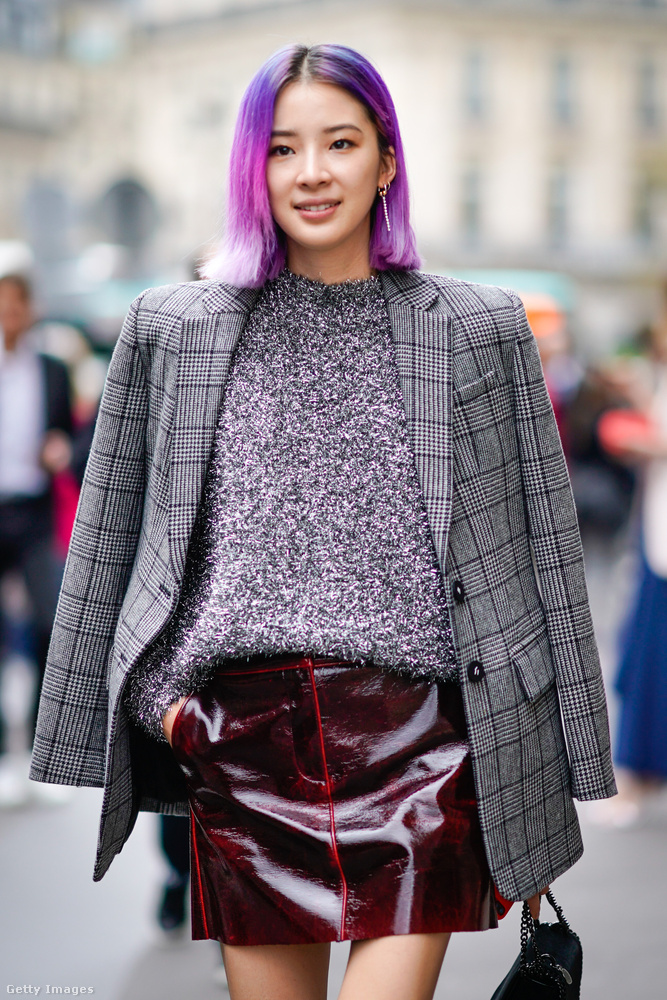 Vörösbor színű lakkbőr szoknyával és lilásrózsaszín hajjal is jól mutat.