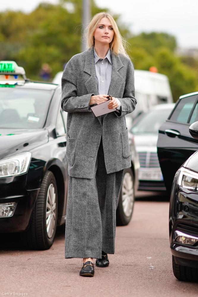 Ilyen túlméretezett formában is divatban van a szürke nadrágkosztüm 2018-ban.