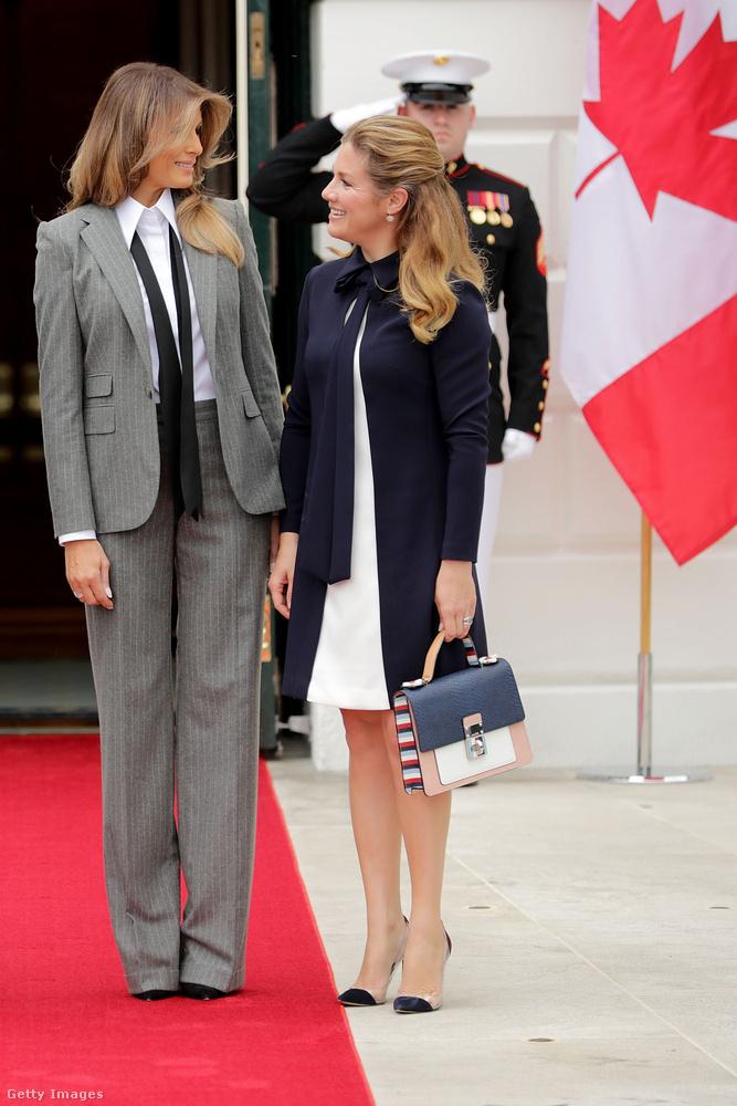 Bár ez a maszkulin Ralph Lauren nadrágkosztüm Melania Trumpon nem kockás, hanem csíkos, de igazodik a trendhez