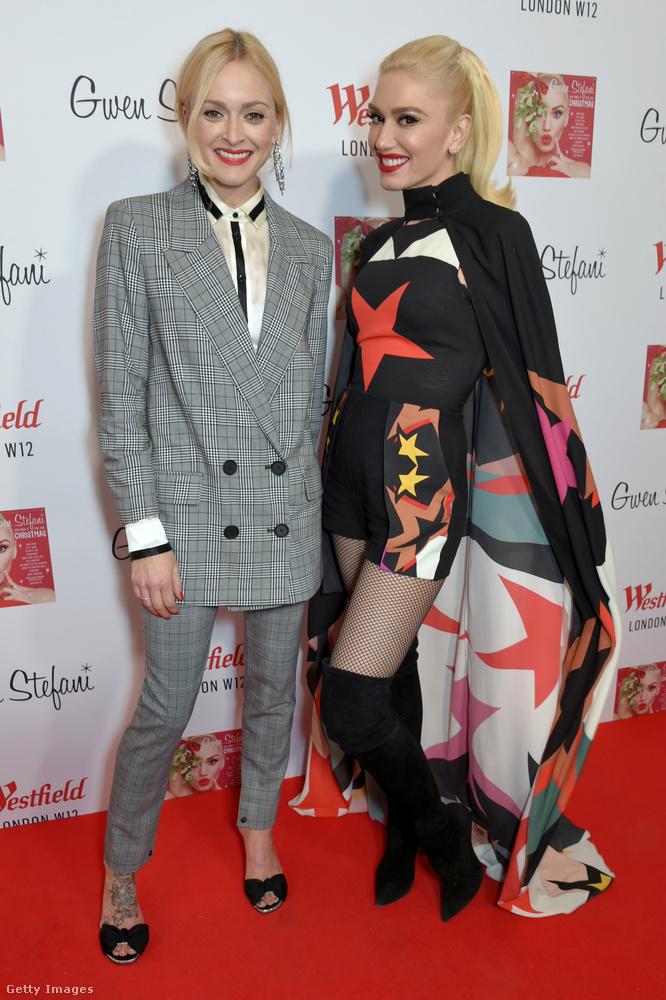 A brit televíziós műsorvezető, Fearne Cotton duplagombos zakóban pózolt a varázsköpenyes Gwen Stefanival egy karácsonyi ünnepségen.
