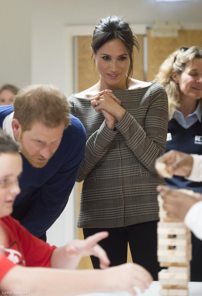 Harry herceg menyasszonya, Meghan Markle ebben a vállvillantós kockás felsőben fogadott hátrányos helyzetű gyerekeket a Cardiff-i kastélyban idén januárban.
