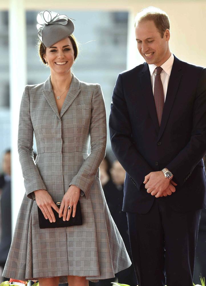 Katalin hercegné 2014-ben viselte ez a kockás Alexander McQueen kabátruhát és hozzáillő Jane Taylor kalapot a szingapúri elnökkel való fogadáson.
