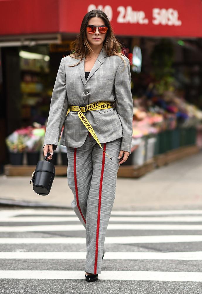 Lorenza Izzo színésznő egy látványos Off White övvel tette még divatosabbá a Thom Browne zakót és Annakiki pantallót New Yorkban.