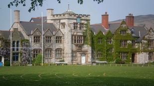 Ebben a walesi elit iskolában randizásért és kajarendelésért is kirúghatják a diákokat