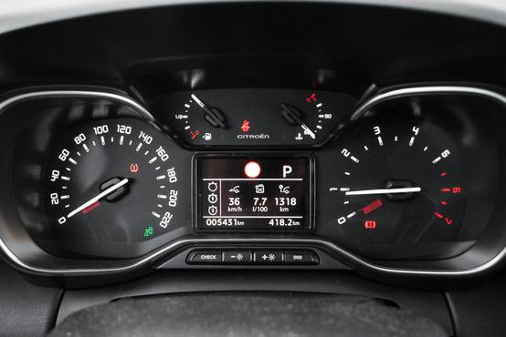 7,7 litert fogyaszt, és minimum 98-as oktánszámú benzint kell tankolni bele