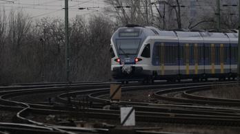 Embert gázolt a vonat Adács vasútállomásán