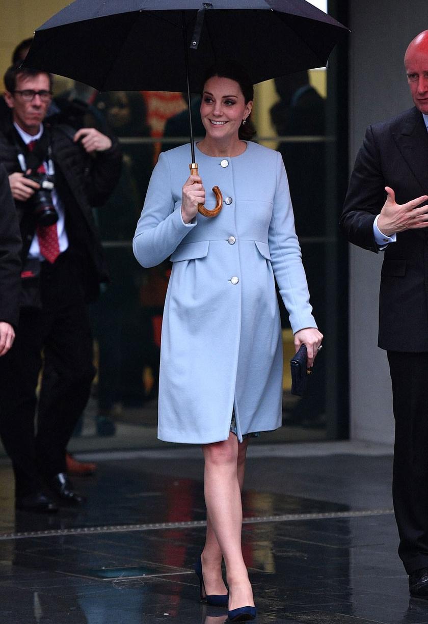 Sem az eső, sem a magas sarkak nem tántorították el - Katalin az egyik legstílusosabb sztárkismama.