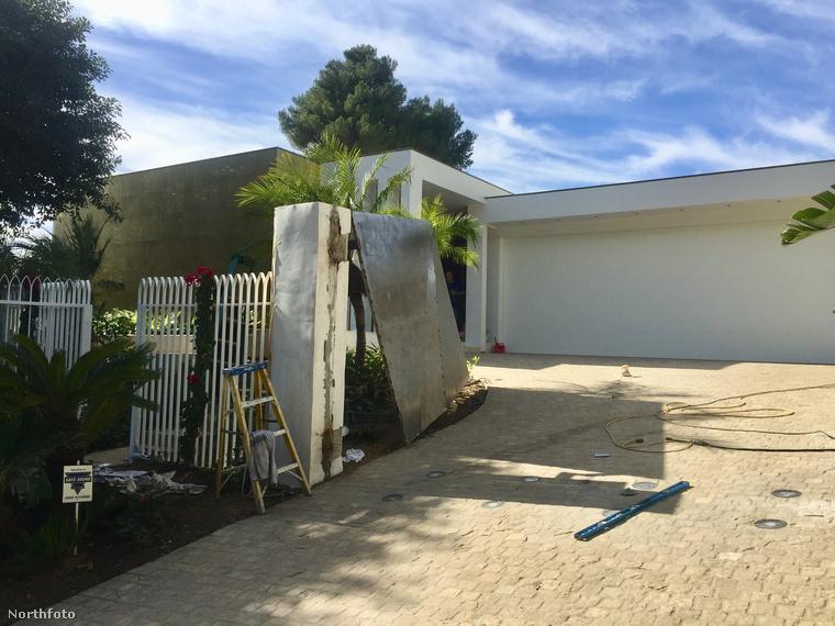Egy barátja házának bejárata elől ugyanis eltűnt Chucky, a pomerániai törpespicc (Wikipédia).