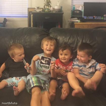 Íme a négy gyerek, és a családdal kapcsolatban a legfrissebb hír, hogy Lauren ismét terhes.