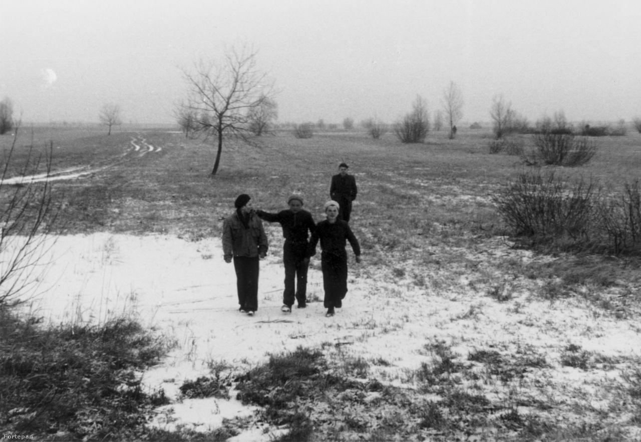 Az attasé Bécsbe repült, két hónapot töltött Ausztriában, járta a menekülttáborokat és interjúztatta a dél-afrikai letelepedés iránt érdeklődő magyarokat. Ezek a fotók valahol Andau környékén, néhány kilométerre a magyar határtól készülhettek. Magyar családok, gyerekek és felnőttek, férfiak és nők; tömegszálláson, sorban állva, gémeskút mellett, cigarettázva, buszmegállóban - várakozva, két világ között, levert forradalom után, semmi nélkül, az újrakezdés nulla órájában.