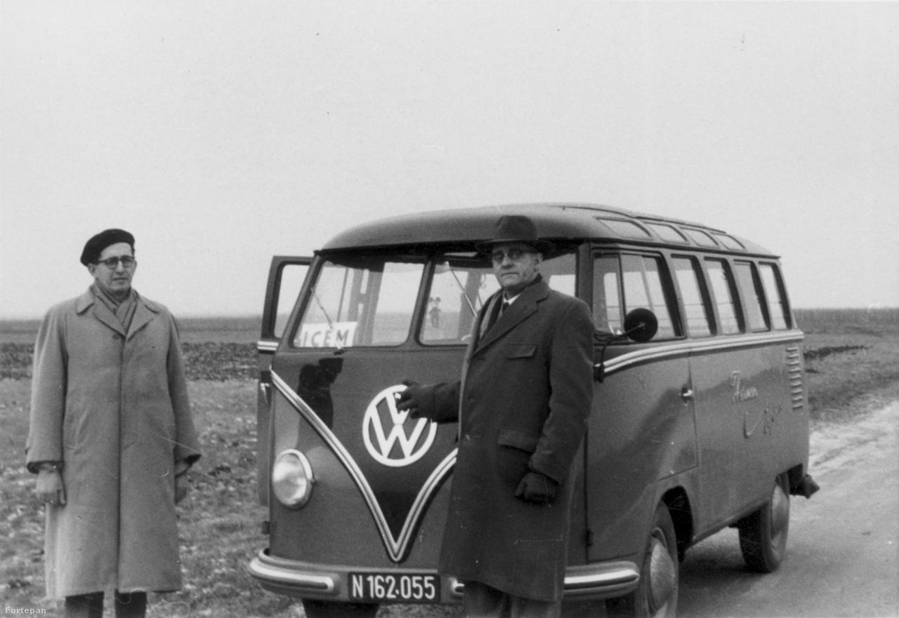 A Volkswagen kisbusz előtt álló sötét kabátos úriember Mr. Hofmeyr, a Dél-Afrikai Unió diplomatája, egyszersmind az itt látható képek többségének valószínűsíthető készítője. Az ötvenes években Hollandiában bevándorlási attaséként szolgáló diplomata 1956 végén azt a feladatot kapta hazájától, hogy menjen Ausztriába, és az ottani menekülttáborokban segítsen megszervezni azt a magyar kontingenst, melynek tagjai Dél-Afrikában találhatnak új otthonra.