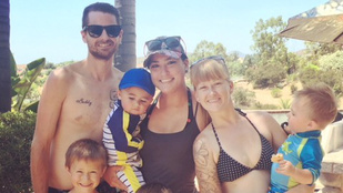 Egy férjből, két feleségből, öt kisfiúból áll ez a család